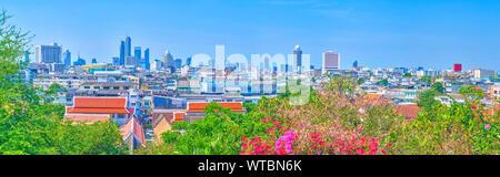 Vue panoramique depuis le Mont d'Or Temple sur l'ancien quartier pauvre et les habitations de ville moderne sur l'arrière-plan, Bangkok, Thaïlande Banque D'Images