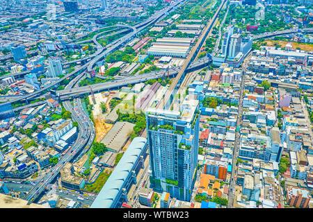 BANGKOK, THAÏLANDE - 24 avril 2019: Profitez de la vue du haut de la tour Baiyoke II, observant les districts de ville moderne avec des gratte-ciel et dédale de Expressway, Banque D'Images