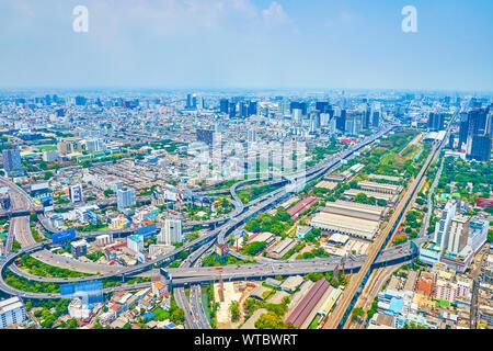 BANGKOK, THAÏLANDE - 24 avril 2019: la magnifique vue aérienne de la tour Baiyoke II sur l'échangeur de la ville moderne avec de nombreux élèves de separatio Banque D'Images