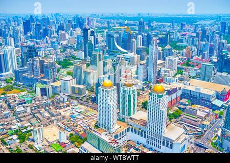 BANGKOK, THAÏLANDE - 24 avril 2019: La vue aérienne sur le centre d'affaires de Bangkok avec de hauts bâtiments de bureaux et d'hôtels modernes, le 24 avril à Ban Banque D'Images