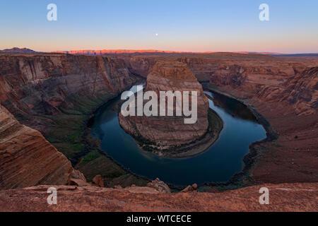 Horseshoe Bend du Colorado avec aube lumière sur les falaises Vermillion, Page, Arizona, USA Banque D'Images
