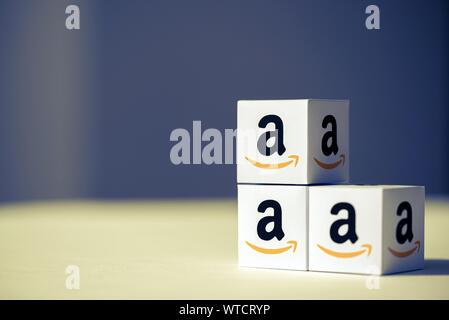 Kiev, Ukraine - le 10 septembre 2019: un coup de papier cubes avec le logo imprimé de la société Amazon. Banque D'Images