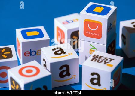 Kiev, Ukraine - le 10 septembre 2019: une collection de cubes de papier imprimé avec des logos de sociétés de commerce électronique en ligne et magasins de détail, tels que AliExpress Banque D'Images