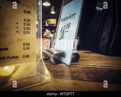 Close-up of réservés signe sur table au restaurant Banque D'Images