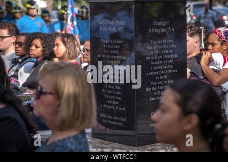 Miami, USA. Sep 11, 2019. Plusieurs personnes participent à la cérémonie de commémoration du 18e anniversaire des attaques du 11 septembre sur le campus nord de Miami Dade College (MDC) à Miami, Floride, États-Unis, le 11 septembre 2019. Credit: Giorgio Viera/EFE/Alamy Live News Banque D'Images