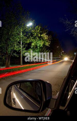 Light Trails sur Street at Night Banque D'Images