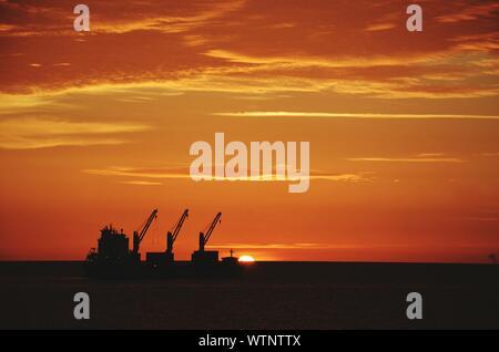 La production de pétrole en mer silhouette plate-forme contre Ciel nuageux Banque D'Images