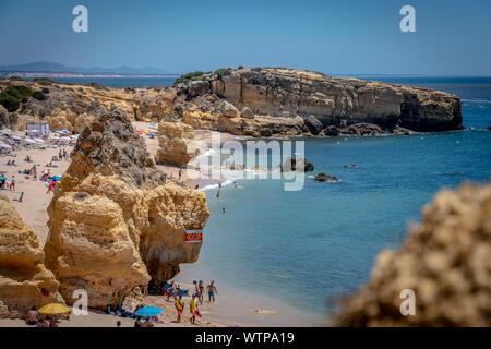 28 juin 2019 - Algarve, Portugal - Touristes à Praia de São Rafael, une plage sur la côte sud de l'Atlantique de l'Algarve, à proximité du village resort Banque D'Images