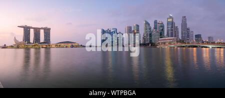Singapour - 5 Sep 2019: horizon emblématique de Singapour se reflète dans les eaux de la baie de la marina au lever du soleil, avec le Sands Resort, le Musée ArtScience Banque D'Images