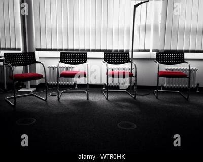 Chaises vides dans la salle de réunion Banque D'Images