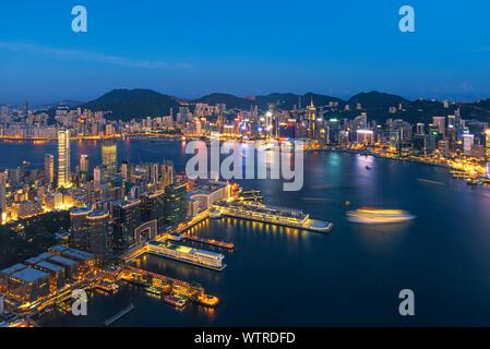 Vue aérienne de la ville illuminée la nuit Banque D'Images