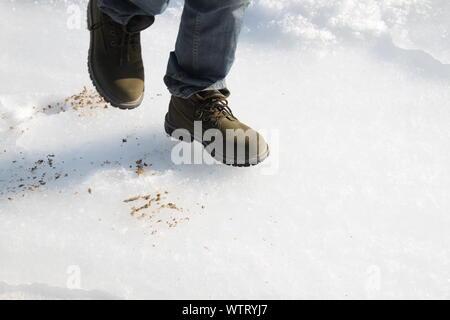 La section basse de l'homme marche sur glacier Banque D'Images