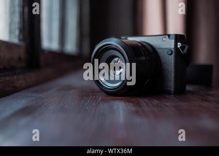 Moscou, Russie - 14 mars 2019: Appareil photo Fujifilm GFX50, Fujifilm Mirrorless. Appareil photo Mirrorless dans la fenêtre en studio. Vue rapprochée de l'appareil photo numérique Banque D'Images