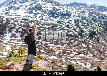 L'homme a la liberté sur Linkins Lake Trail sur col de l'indépendance dans les montagnes Rocheuses près de Aspen, Colorado au début de l'été de 2019 avec la neige Retour Banque D'Images