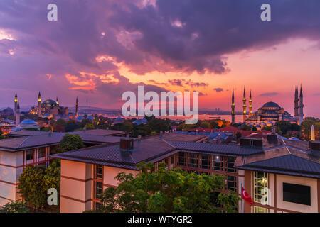 Magnifique coucher de soleil sur la basilique Sainte-Sophie et la Mosquée Bleue, Istanbul panorama. Banque D'Images