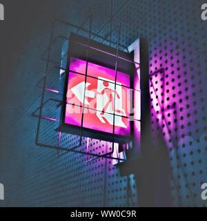 Panneau de sortie d'urgence lumineux Banque D'Images