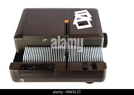 Projecteur de diapositives 35 mm avec magazine et diapositives isolated on white Banque D'Images