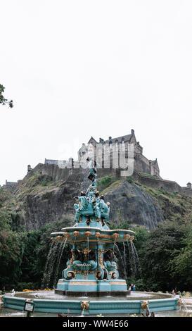 Edinburg Castle vu du Ross Fontaine à Princes Street Gardens