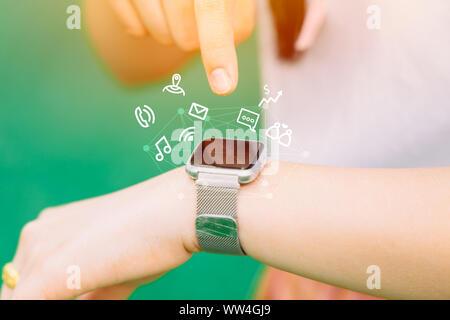 Close-up personnes part à l'aide de smart watch en mode de vie moderne technologie commodité