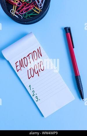 Écrit remarque montrant l'émotion de la logique. Concept d'affaires pour le coeur ou le cerveau ou l'intelligence de l'âme de la confusion l'équilibre stationnaire et portable aux pe Banque D'Images