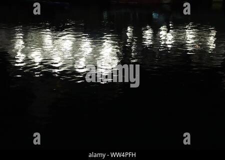 Réflexions dans l'eau, de Harbour Banque D'Images