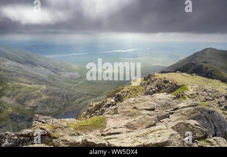 Vue depuis le sommet de Dow Crag vers le vieil homme de Coniston Coniston et l'eau dans le Lake District. Banque D'Images