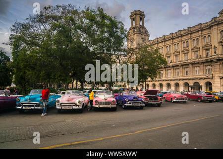 Parking voitures Vintage dans une rangée en face de l'art museum, Museo Nacional de Bellas Artes, La Havane, Cuba