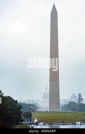 Washington DC, USA - 9 juin 2019: Washington Monument sur le miroir d'eau en jour de pluie.