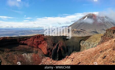 Vue sur le cratère volcanique rouge, Traversée de Tongariro en Nouvelle-Zélande Banque D'Images