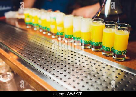 Lunettes avec un verre sur une table en verre humide Banque D'Images