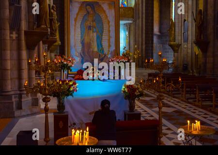 Quito, Pichincha, Equateur. 05 décembre 2017: femme en prière dans la Basilique de la voix nationale. En raison de sa taille et de son style, il est considéré comme le grand Banque D'Images