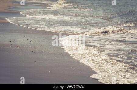 Les vagues sur la mer en Espagne, près de Barcelone, Catalogne,   l'Europe