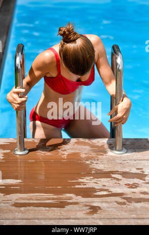 Young woman in bikini, sortir de piscine, El Sauzal, Tenerife, Canaries, Espagne Banque D'Images