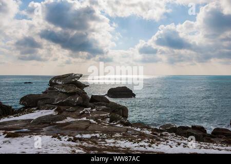 Pulpit Rock sur Peninnis Head, Saint Mary's, Îles Scilly, au Royaume-Uni, en vertu de l'une rare chute de neige. 18 Mars 2018