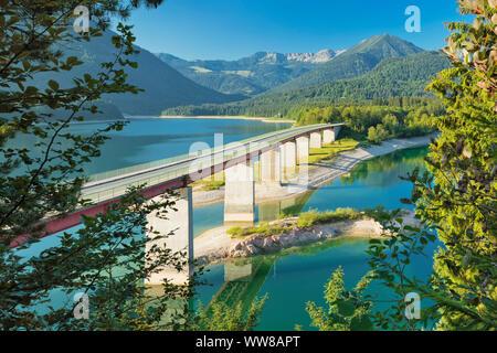 Pont au-dessus de Sylvenstein, près de Bad Tölz, la route allemande des Alpes, Haute-Bavière, Bavière, Allemagne Banque D'Images
