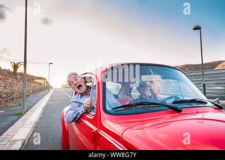 Belle belle senior adult couple voyageant ensemble pendant que la femme et l'homme crier pour effrayer ou de folie, de bonheur et de joie ensemble pour toujours dans la vie un couple parfait Banque D'Images