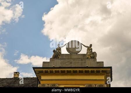Détail de la toiture de l'Hôtel de Ville (mairie) en place Emile Chanoux de statues et un cadran solaire contre ciel nuageux, Aoste, vallée d'aoste, Italie Banque D'Images