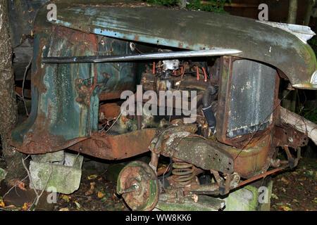 Vieux tracteur rouillé abandonné Banque D'Images