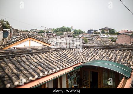 Les Scenic autour d'une ville résidentielle du village de Bukchon Hanok à Séoul Corée du Sud Asie Banque D'Images