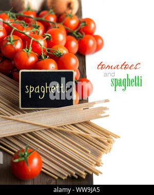 Spaghetti, tomates et petit tableau sur la vieille table en bois vintage Banque D'Images