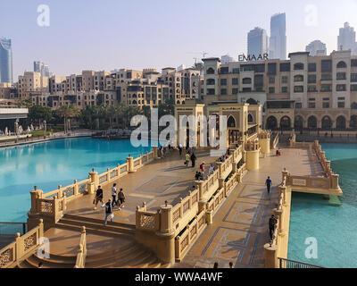Belle vue de haut de Dubaï Mall - Souk Al Bahar et le centre commercial de Dubaï - Dubaï Fontaine et Burj Khalifa attractions touristiques