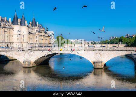 Paris, vue de la Seine avec la Conciergerie sur l'île de la Cité, et le Pont-Neuf
