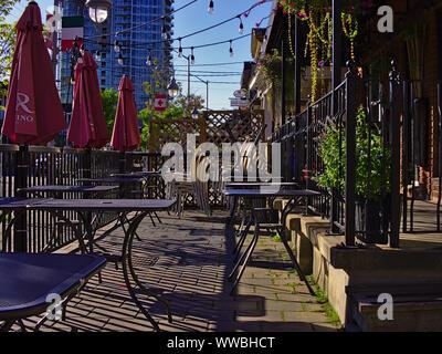 Trottoir restaurant patio dans le soleil du matin, attendant d'être mis en place. La rue Preston (Little Italy), Ottawa, Ontario, Canada. Banque D'Images