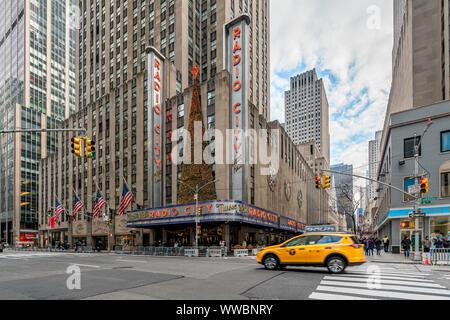New York, NY, USA - Décembre 2018 - rues de Manhattan, Sixième Avenue avec le classique Yellow Cab Taxi, près de Radio City Music Hall à l'époque de Noël Banque D'Images