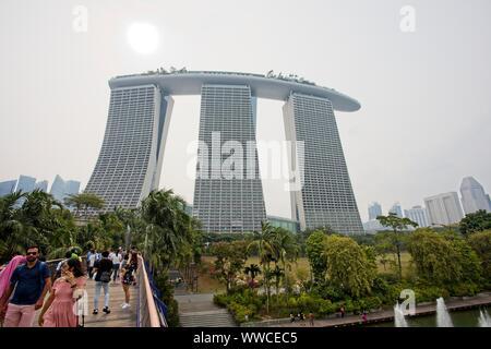 15 Sep 2019 à Singapour. Le soleil a du mal à voir à travers le brouillard à la Marina Bay Sands Hotel. Les niveaux de pollution restent élevés que le smog de la combustion de l'Indonésie continue de s'attarder sur le pays de la Singapour. Credit: Ed Brown/Alamy Live News Banque D'Images