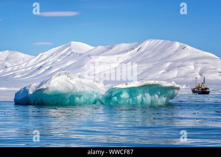 Blue Ice iceberg, formé quand un glacier veaux, flottant dans les eaux de l'arctique de Svalbard, un archipel norvégien entre la partie continentale de la Norvège et de la Ni