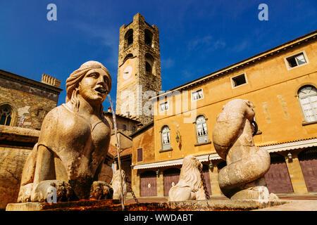 Contarini fontaine sur la Piazza Vecchia, Citta Alta, Bergame, Italie