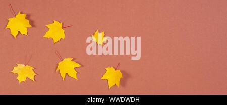 Composition d'automne. Cadre fait de l'automne feuilles d'érable sur fond brun Banque D'Images