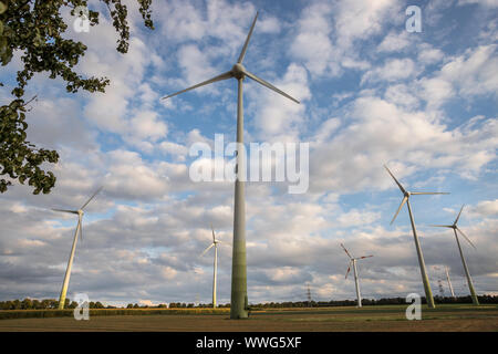 Certaines éoliennes modernes en face d'un ciel nuageux Banque D'Images