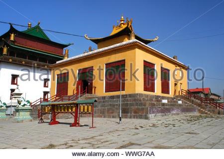 """Bâtiment jaune au monastère Gandantegchinlen Gandan ( ), """"grand lieu de la joie complète """", avec la prière mills à Oulan-bator ou Oulan-Bator, capitale de la M Banque D'Images"""